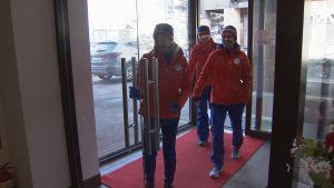 Norska skidåkare i en lobby.