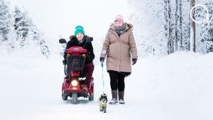 Katri ja Erno Blomqvist kävelevät talvisessa maisemassa.