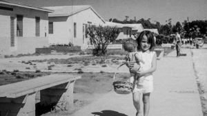 Tyttö kantaa nukkea
