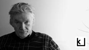 Filosofi Tuomas Nevanlinna katsoo kameraan.