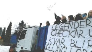Abiturienter på ett lastbilsflak.