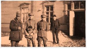 Valkoisten johtoa Antrean asemalla: toinen vasemmalta Woldemar Hägglund.