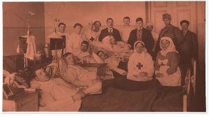 Punaisia haavoittuneita sairaalassa.