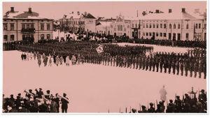 Mannerheim tervehtii jääkäreitä Vaasan torilla 26.2.1918.