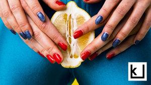 Kuvassa sitruuna, jota pitelee kahdet kädet, naisen haarojen välissä