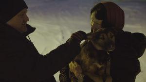 Hunden Emilia har kommit med bil från Sankt Petersburg till Sibboviken. De nya ägarna Brent Hasty och Eeva Patrakka tar emot henne.