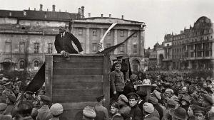 Lening agiterar och Trotskij lyssnar