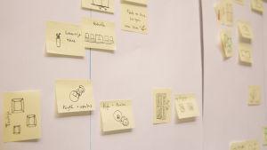 Salakapakka-pelin suunnittelua post it -lapuilla