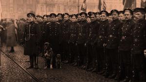 Venäläisiä matruuseja Rautatietorilla maaliskuussa 1917
