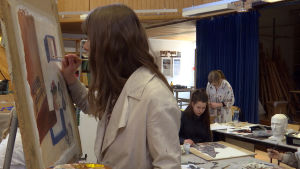 Konststuderande vid Västra Nylands folkhögskola i Karis.
