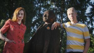 Programledarna Hannamari Hoikkala och Nicke Aldén med en staty av figuren Kalle Kustaa Korkki.
