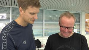 Tränarna Matti Mäki och Jouko Pakarinen diskuterar.