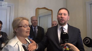 Paavo Arhinmäki nuddar vid Leena Meri.