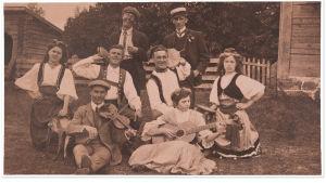 Raittiusyhdistys Koiton näyttelijäseurue Seurasaaressa 1900-luvun alussa. Takarivissä vasemmalla J. Alfred Tanner ja keskirivissä 2. vasemmalta Pentti Manelius.