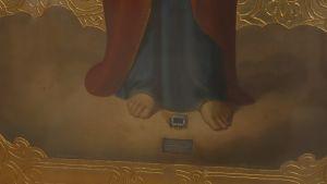 Valamolainen Jumalanäidin ikoni, ikonin alaosa jossa Neitsyt Marian viitanpala