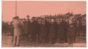Punakaartin soittokunta soittaa hautajaisissa Helsingissä 1918.