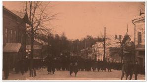 """Ihmisjoukko Patrian mäessä talvella 1917. """"Veretön vallankumous."""""""