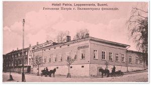 Hotelli Patria 1900-luvun alussa Kauppakadun ja Torikadun risteyksestä. Empirerakennus 1840-luvulta, jugendosa valmistunut 1900-luvun alussa.