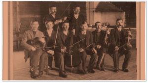Lauritsalan Työväenyhdistyksen jousiorkesteri ennen vuotta 1918 LTY:n talon ravintolahuoneessa. Takana vasemmalla Kalle Hoffren. Istumassa toinen vasemmalta Kalle Juvonen, istumassa kolmas oikealta yhtyeen johtaja Martti Koppinen.