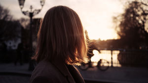 Nainen katselee auringonlaskua.