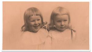 Väinö Pesolan tyttäret Sirkka ja Eila 1920-luvulla.