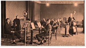 Radio-orkesteri soittaa Aleksanterinkatu 46:n isossa musiikkistudiossa vuonna 1927.