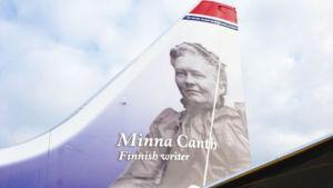 Minna Canthin kuva Norwegianin lentokoneen pyrstössä