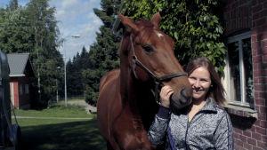 Maija Vesterinen hevosensa kanssa