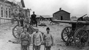 Valkokaartilaisia venäläisten kasarmien edessä valloituksen jälkeen.