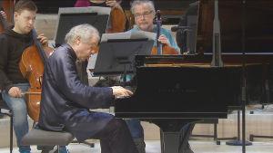 Sir András Schiff on Radion sinfoniaorkesterin solisti ja johtaa konsertin.