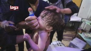 Litet barn får medicin efter en misstänkt kemvapenattack mot staden Douma i Syrien.