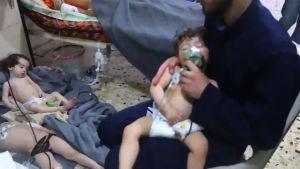 En bild tagen ur Vita hjälmarnas video visar barn som får andas syrgas efter det som sägs ha varit en giftgasattack i Douma på lördag kväll.