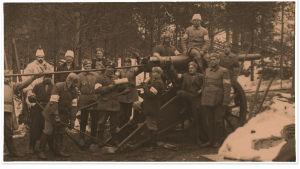 Valkoisten tykki sekä valkokaartilaisia Raudussa keväällä 1918.