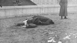 Huvudlös kvinna på Långa bron 1918