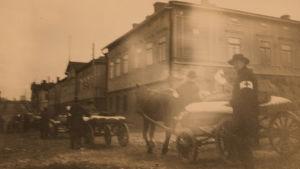 Haavoittuneita kuljetetaan Helsingissä 12.4.1918.