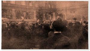 Kruununhaan Ruotsalaisen reaalilyseon vapautetut vangit iltapäivällä klo 15 tienoilla huhtikuun 13. päivänä 1918. Katu täynnä hurraavia ja nenäliinoja huiskuttavia ihmisiä.