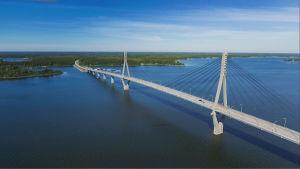 Raippaluodon sillasta osa joka yltää meren yli Raippaluodon saareen.
