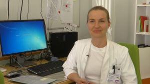 kvinna i vit läkarrock