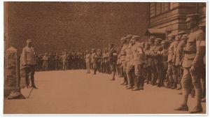 Valkokaartilaisia Reaalilyseon portailla todennäköisesti 14. huhtikuuta valmistautumassa saksalaisten järjestämään paraatiin.
