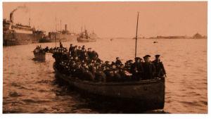 Saksalaisia veneessä.