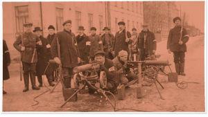Vaasan suojeluskuntalaisia sisällissodan alussa 1918. Aseistus oli saatu aseista riisutuilta venäläisiltä.