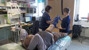 Potilaan jalkaa kipsataan Forssan sairaalassa.