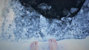 fötter vid en isvak