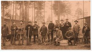 Kymiyhtiön virkamiehiä ja muita vankeja punaisten vankeina työpalveluksessa Kouvolassa 20. huhtikuuta 1918