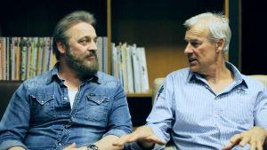 Stig Grönlund och Erik Rustner blev tillsammans av med en halv miljon euro. Ur dokumentären Att sminka en gris.