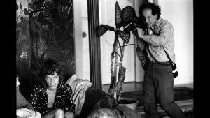 Robert Frank kuvaa Mick Jaggeriä. Kuvakaappaus dokumenttielokuvasta Don't Blink: Robert Frank.