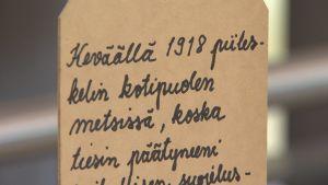Text på finska från en utställning om Åbo fångläger: Våren 1918 gömde jag mig i hemskogarna, då jag visste att jag skulle hamna...