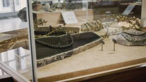Ett smycke gjort av serpentin. Hittas även i Finland.
