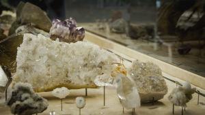 Bergskristall och en ametist.