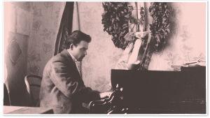 Toivo Kuula soittaa flyygeliä vuonna 1911.